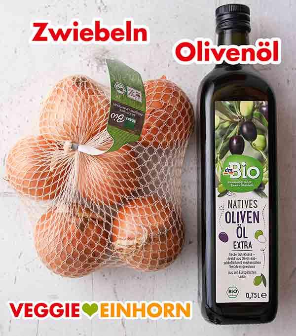 Ein Netz mit Zwiebeln und eine Flasche Olivenöl